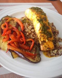 salmon sobre quínoa acompañado de berenjenas asadas