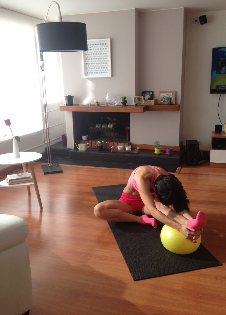flexiona tu torso sobre la pierna hasta donde sea cómodo, respira profundo y sostén 10 seg.