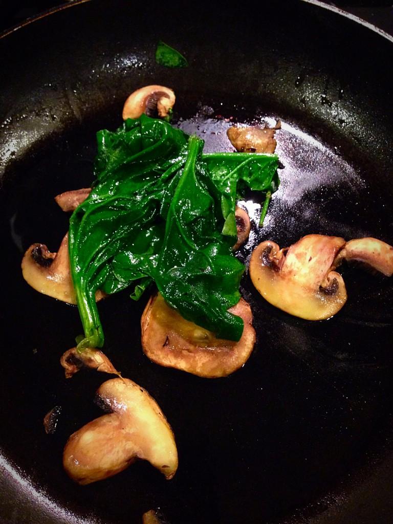 omelette de espinacas y champiñones